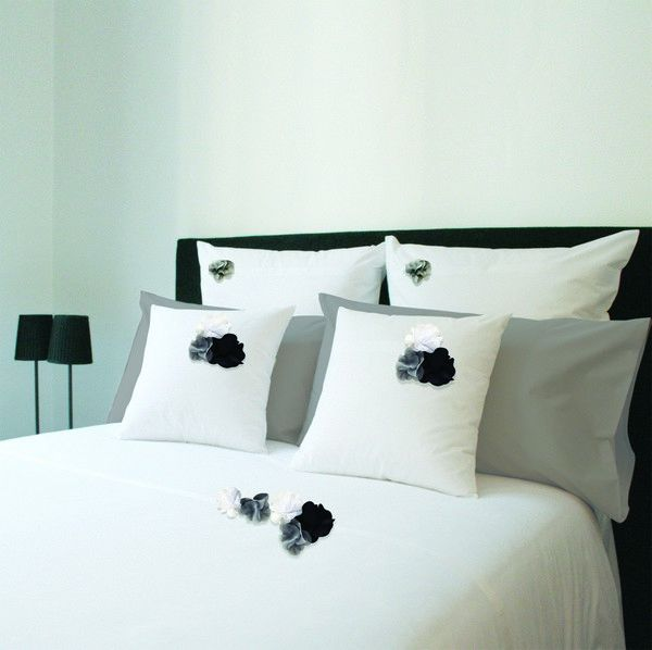 taies d 39 oreiller botanique blanc fleur gris percale 65x65 linge de maison. Black Bedroom Furniture Sets. Home Design Ideas