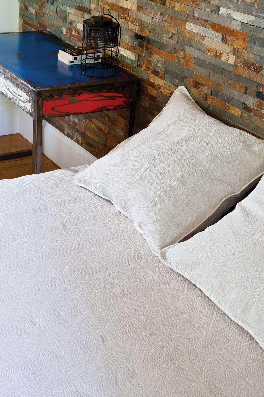 dessus de lit champsaur lin motifs classiques piqu de coton 180x250. Black Bedroom Furniture Sets. Home Design Ideas