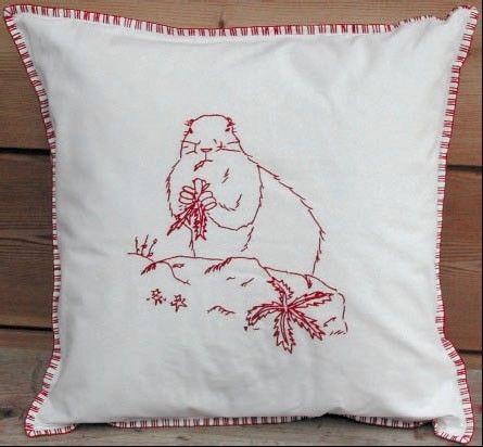 Housse de coussin rouge motif marmotte for Housse coussin rouge