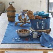 Chemin de table Lunch Time bleu brodé skis rétro coton chambray 50x150 - Sylvie Thiriez