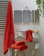 Drap de douche éponge Lunch time rouge broderies skis coton 70x140 - Sylvie Thiriez