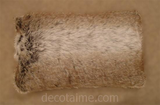 housse de coussin acrylique fourrure louve 30x50 d coration. Black Bedroom Furniture Sets. Home Design Ideas