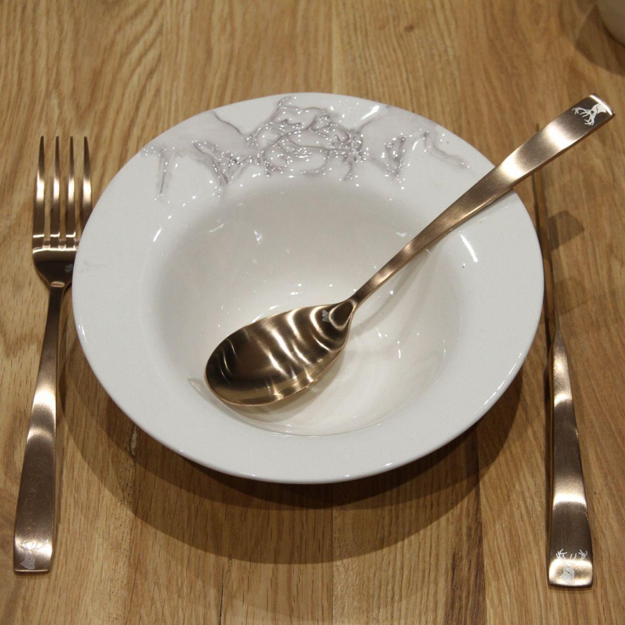 assiette creuse porcelaine motif cerfs les sculpteurs du lac. Black Bedroom Furniture Sets. Home Design Ideas