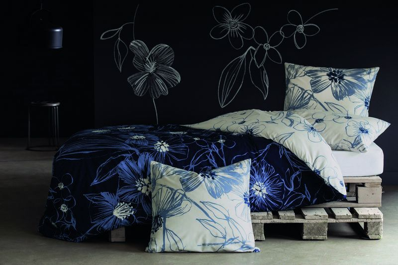 taie d 39 oreiller inspiration hibiscus bleu 50x75 linge de maison. Black Bedroom Furniture Sets. Home Design Ideas