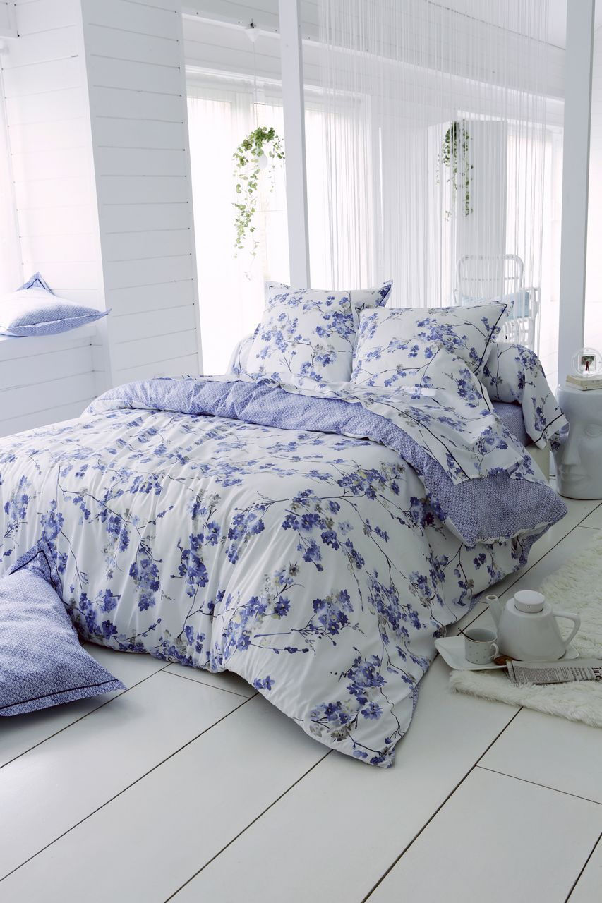 drap plat blossom satin de coton motifs fleurs bleu fa ence 280x310. Black Bedroom Furniture Sets. Home Design Ideas